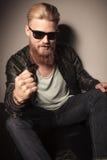 Δροσερός τύπος με την πρόκληση γυαλιών ηλίου Στοκ εικόνες με δικαίωμα ελεύθερης χρήσης