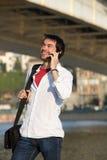 Δροσερός τύπος που μιλά στο κινητό τηλέφωνο υπαίθρια Στοκ Εικόνες