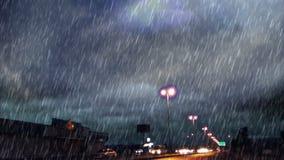 Δυνατή βροχή πέρα από το δρόμο και τις λάμπες φωτός φιλμ μικρού μήκους