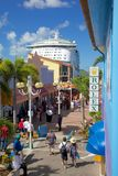 Δυτικές Ινδίες, Καραϊβικές Θάλασσες, Αντίγκουα, ST Johns, αποβάθρα κληρονομιάς & κρουαζιερόπλοιο στο λιμένα Στοκ φωτογραφία με δικαίωμα ελεύθερης χρήσης