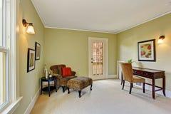Δωμάτιο γραφείων με την καρέκλα λεοπαρδάλεων στη γωνία Στοκ εικόνες με δικαίωμα ελεύθερης χρήσης