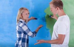 Δωμάτιο ζωγραφικής ζεύγους για δύο χρώματα Στοκ φωτογραφίες με δικαίωμα ελεύθερης χρήσης