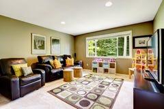 Δωμάτιο με τους μαύρους καναπέδες δέρματος Στοκ Εικόνες