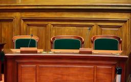 Δωμάτιο του κενού εκλεκτής ποιότητας δικαστηρίου Στοκ φωτογραφία με δικαίωμα ελεύθερης χρήσης