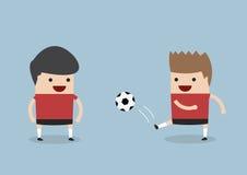 Δύο άτομα που παίζουν το ποδόσφαιρο ή το ποδόσφαιρο Στοκ Εικόνες