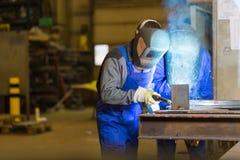 Δύο εργάτες οικοδομών χάλυβα που ενώνουν στενά το μέταλλο Στοκ Φωτογραφία