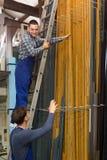 Δύο εργαζόμενοι που επιλέγουν το σχεδιάγραμμα παραθύρων PVC Στοκ φωτογραφία με δικαίωμα ελεύθερης χρήσης
