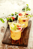 Δύο εύγευστοι χυμοί φρούτων στον πίνακα Στοκ Φωτογραφία
