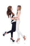 Δύο θηλυκοί φίλοι που απομονώνονται Στοκ Φωτογραφίες