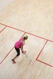 Δύο θηλυκοί φορείς κολοκύνθης στη γρήγορη δράση σε ένα γήπεδο squash Στοκ εικόνα με δικαίωμα ελεύθερης χρήσης