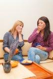 Δύο κορίτσια που πίνουν τον καφέ Στοκ εικόνες με δικαίωμα ελεύθερης χρήσης