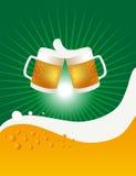 Δύο κούπες και ευθυμίες μπύρας Στοκ εικόνες με δικαίωμα ελεύθερης χρήσης