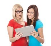 Δύο νεολαίες απομόνωσαν τη γυναίκα που εξετάζει το ταμπλέτα-PC: έννοια για το datin Στοκ Φωτογραφία