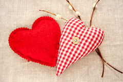 Δύο σπιτικές ραμμένες κόκκινες καρδιές αγάπης βαμβακιού με το twi ιτιών άνοιξη Στοκ εικόνες με δικαίωμα ελεύθερης χρήσης