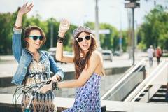 Δύο όμορφα και κορίτσια αισθησιασμού Στοκ φωτογραφίες με δικαίωμα ελεύθερης χρήσης