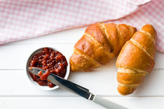 Δύο croissants στον ξύλινο πίνακα Στοκ φωτογραφία με δικαίωμα ελεύθερης χρήσης