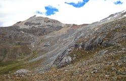 Δύσκολη βουνοπλαγιά στην υψηλή ανύψωση, κεντρικό Περού Στοκ Εικόνα