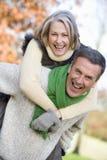 давать женщину старшия езды piggyback человека Стоковое фото RF