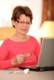 дает наркотики старшей женщине Стоковая Фотография