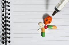 Дает наркотики черепу пилюлек Стоковое фото RF