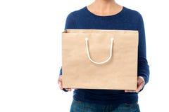 Дама держа хозяйственную сумку, подрезанное изображение. Стоковые Изображения