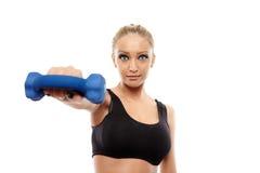Дама фитнеса работая с гантелями Стоковые Изображения RF