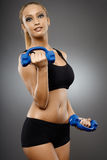 Дама фитнеса работая с гантелями Стоковое Изображение RF
