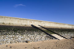 Дамба и шаги на остров Canvey, Essex, Англию Стоковое фото RF