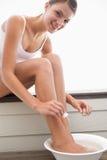 дающ женщину pedicure Стоковые Фото
