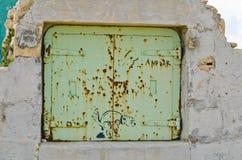 Дверь металла в стене Стоковое Фото
