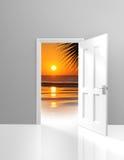 Дверь раскрывая к красивой сцене пляжа рая и золотому заходу солнца Стоковые Фотографии RF