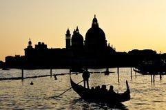 Двигать гондолой в Венеции Стоковое Фото