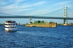 Движение шлюпки с туристическим судном и баржой на реке Стоковые Изображения