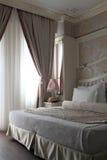 Двойная кровать в спальне Стоковое Изображение