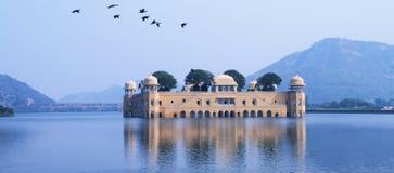 Дворец в воде - Jal Mahal, Раджастхане, Индии Стоковые Изображения
