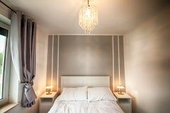 Двуспальная кровать с белыми листами Стоковое Фото