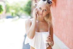 Девочка-подросток говоря на телефоне внешнем Стоковое Фото