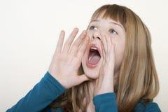 Девочка-подросток крича при руки приданные форму чашки вокруг рта Стоковое фото RF