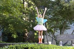 Девочка-подросток с Fairy крылами Стоковые Фото
