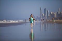 Девушка бежать на пляже Стоковое фото RF