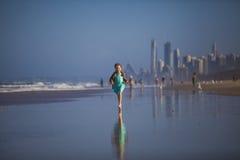 Девушка бежать на пляже Стоковые Изображения