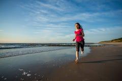 Девушка бежать на пляже Стоковые Фотографии RF
