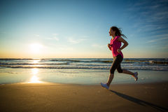 Девушка бежать на пляже Стоковое Изображение RF
