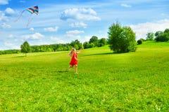 Девушка бежать с змеем Стоковая Фотография RF