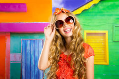 Девушка белокурых детей счастливая туристская усмехаясь с солнечными очками Стоковые Изображения