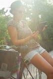 Девушка битника используя таблетку цифров Стоковое Изображение