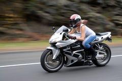 девушка блондинкы велосипедиста Стоковая Фотография