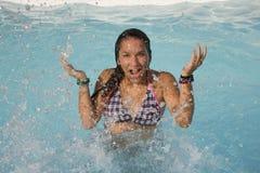 девушка брызгая воду Стоковые Фото