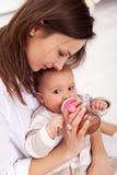девушка бутылки младенца выпивая Стоковая Фотография
