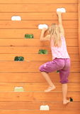 Девушка взбираясь на стене Стоковая Фотография